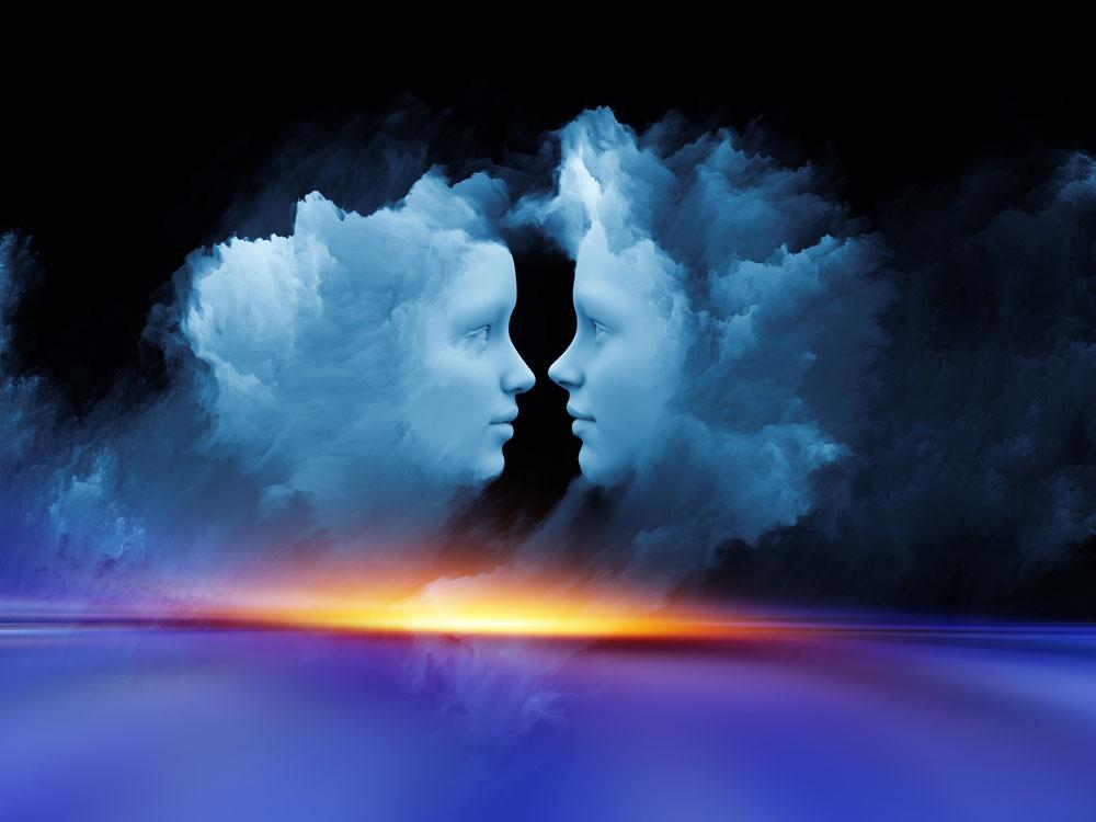 שתי דמויות בתוך עננים