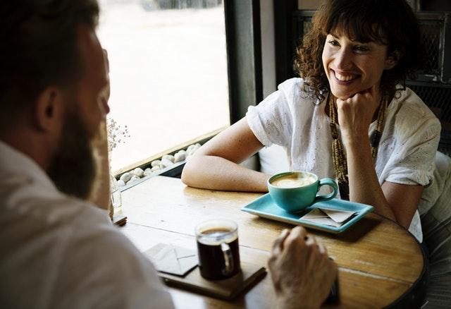 זוג יושב בבית קפה