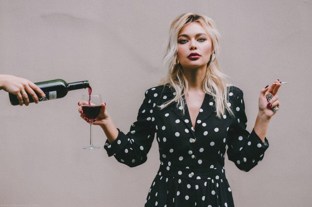 התמכרויות הם אחת האסטרטגיות השכיחות להרס עצמי, בתמונה אישה המעשנת ושותה אלכוהול