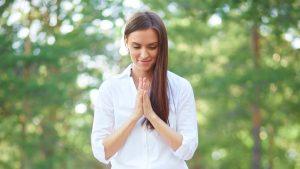 אישה רוחנית מאושרת -דיכאון טיפול עצמי הגישה הרוחנית