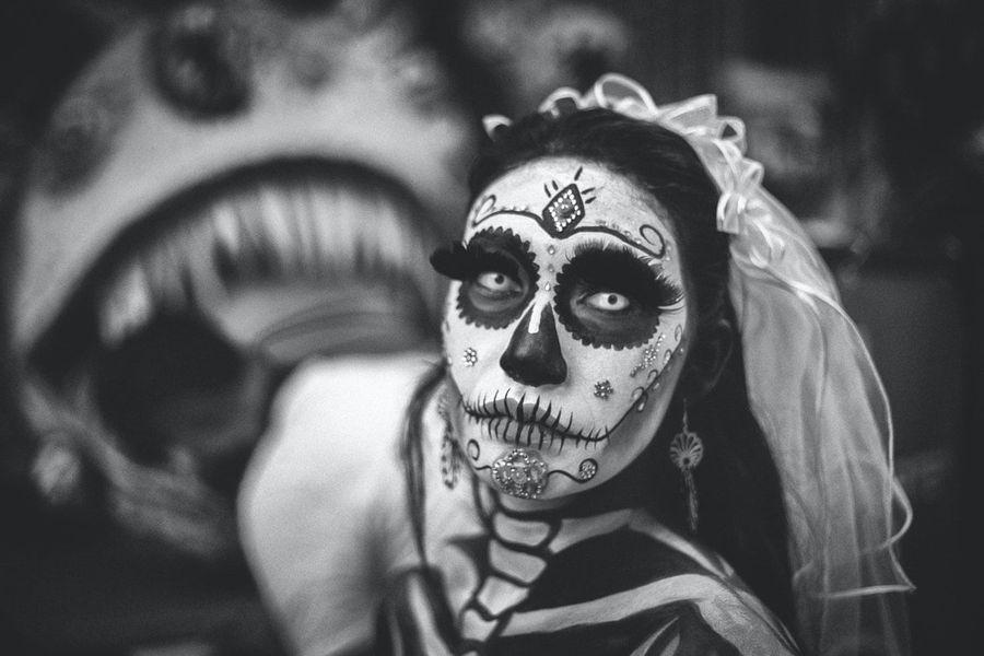 תמונת אישה מחופשת למוות, מחג יום המתים המקסיקאני