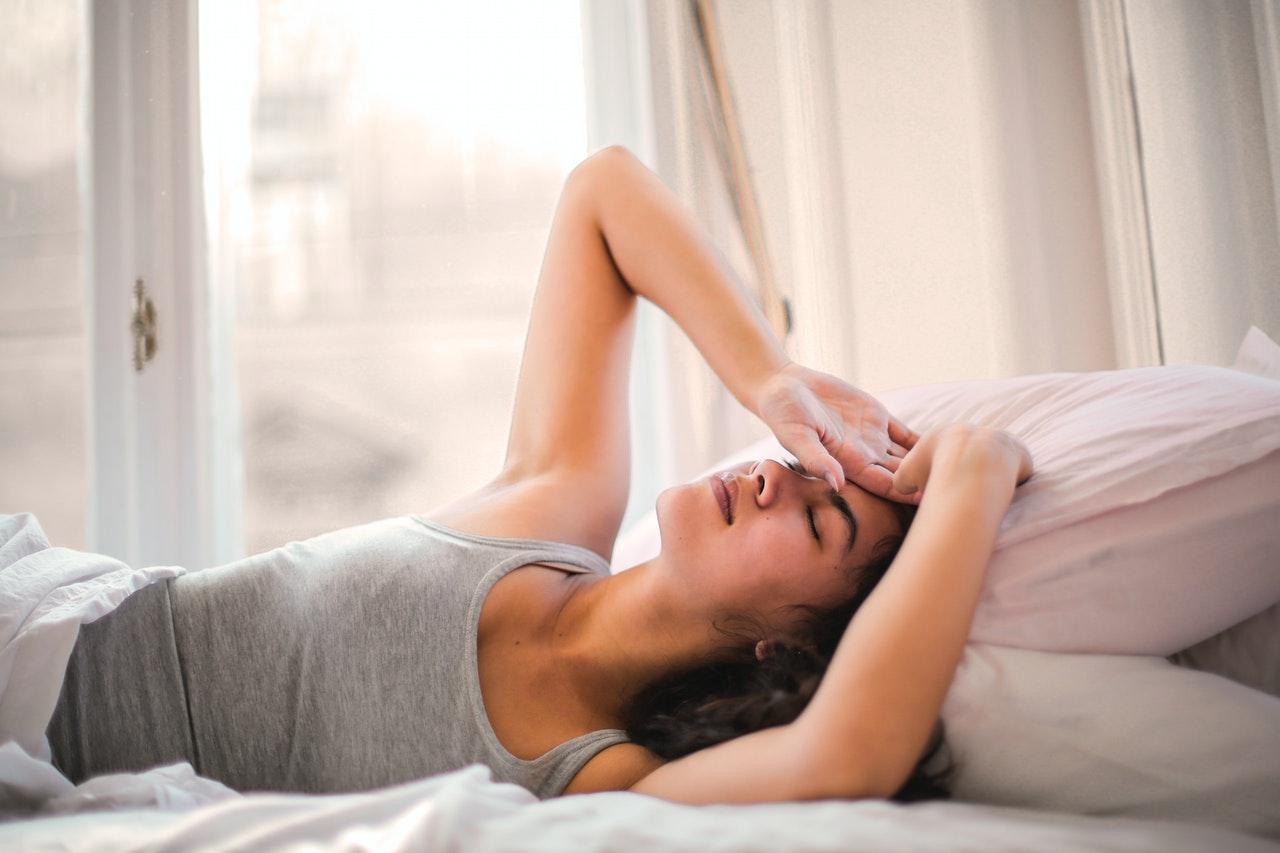 ריפוי גוף ונפש מודגם באישה השוכבת על מיתה חולה וזקוקה לריפוי
