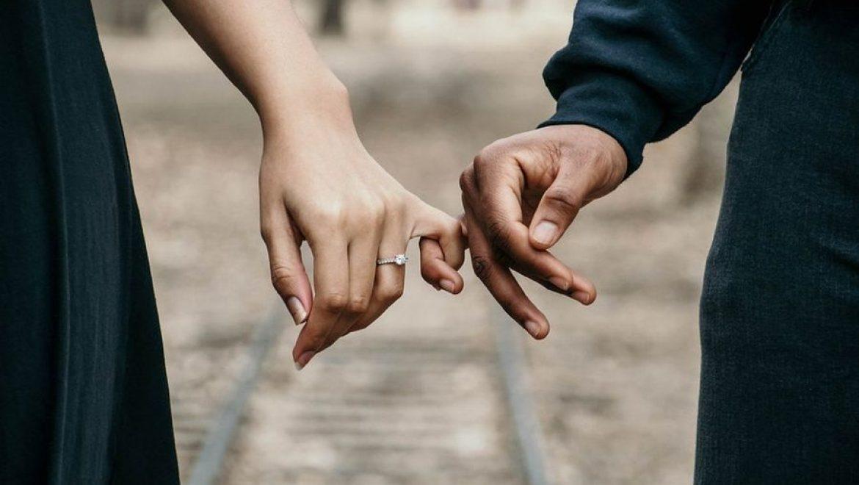 """קוצים, פרחים וסוד האינטימיות – למה אינטימיות היא הדבר """"הפשוט"""" המסובך ביותר? איך עוברים מקשר אגו לאגו לקשר נשמה ונשמה? תרגיל מעשי שעושה את ההבדל."""