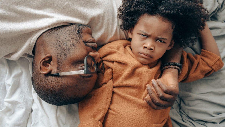 """תהליך הפרידה מאבא – מדוע גברים רבים """"נתקעים"""" בתודעה של """"ילד נצחי""""? למה זה מכשול לזוגיות והצלחה, תרגיל עומק להשתחרר מזה."""