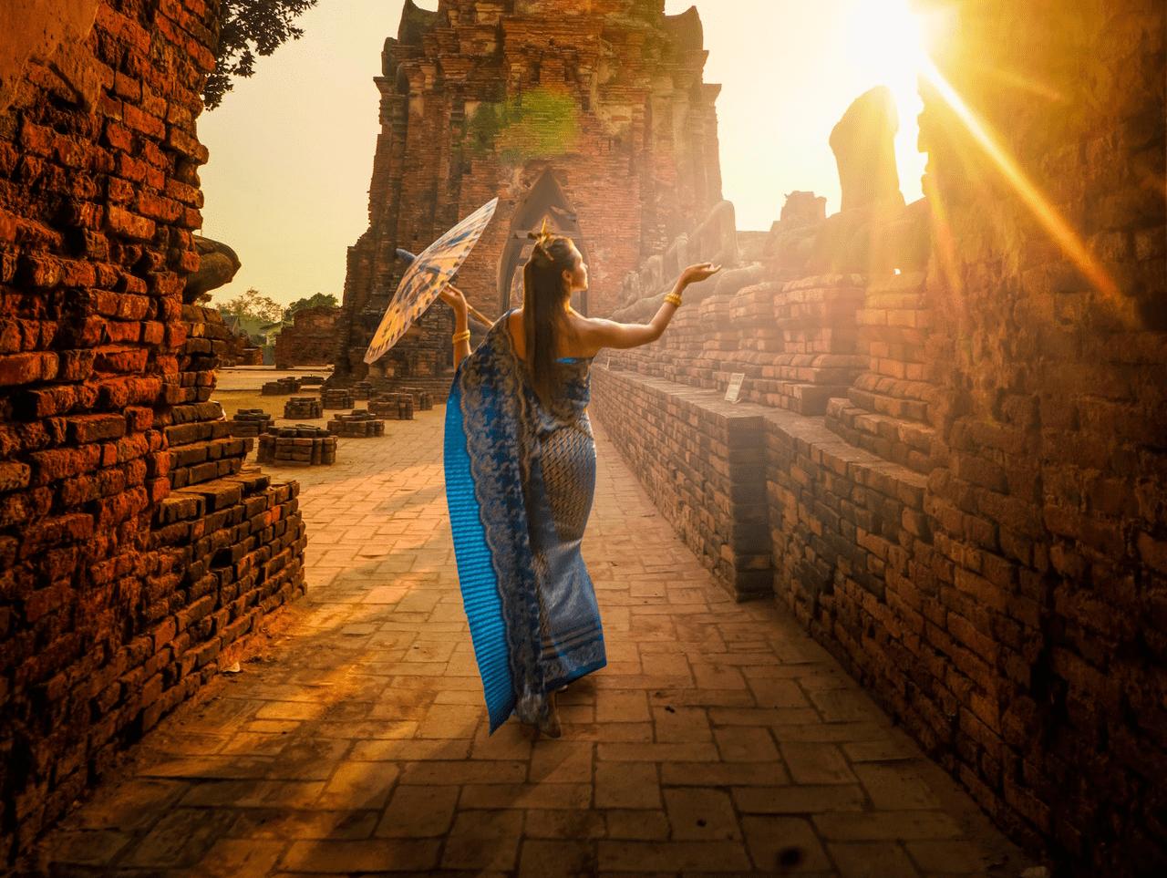 תמונת אישה המובילה למקום קדוש