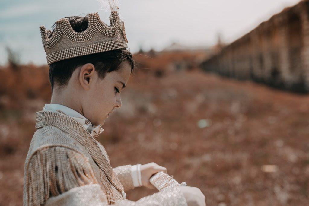 ילד לובש כתר -לרפא את הילד הפנימי דרך חיבור לארכיטיפ המלך