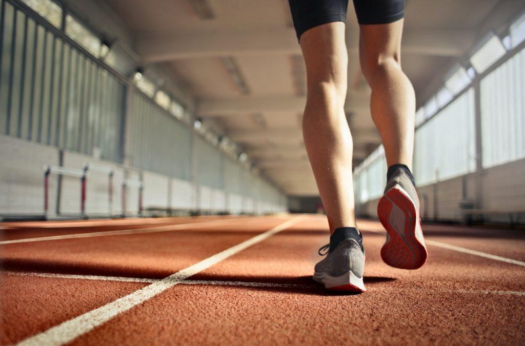 כוח רצון ומשמעת עצמית - בתמונה אדם רץ