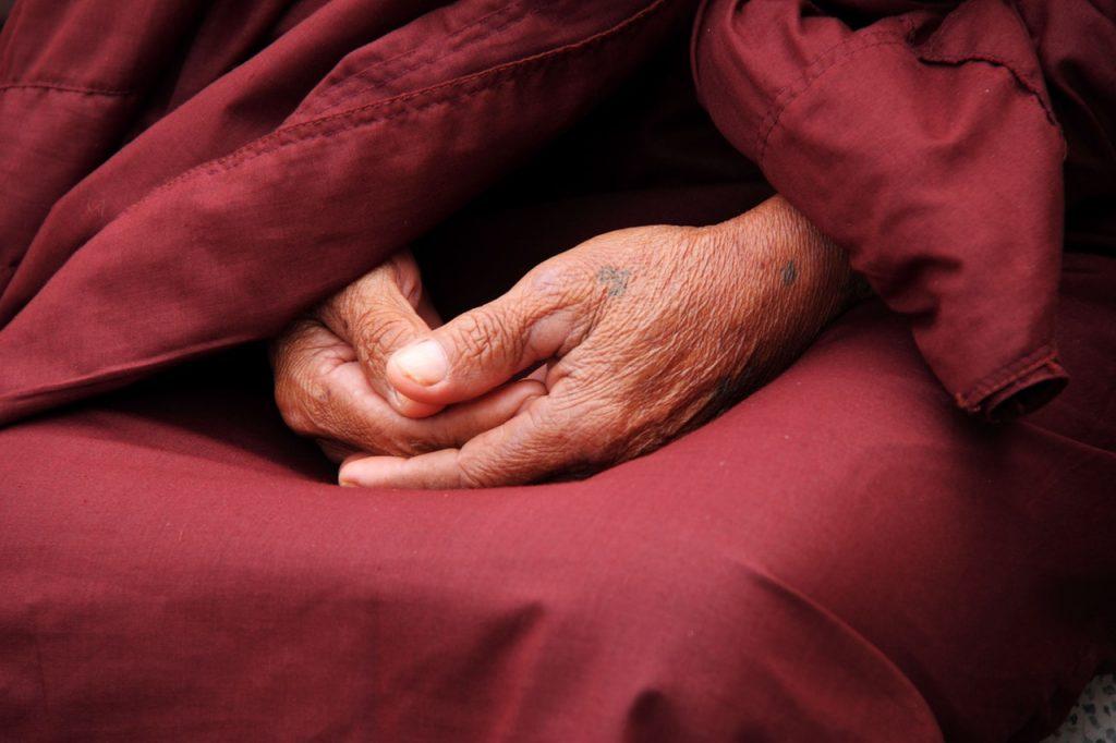 תמונה של נזיר במדיטציה, ניתן להימנע מפורנו באמצעות תרגול של מדיטציה המעדנת את האנרגיה המינית