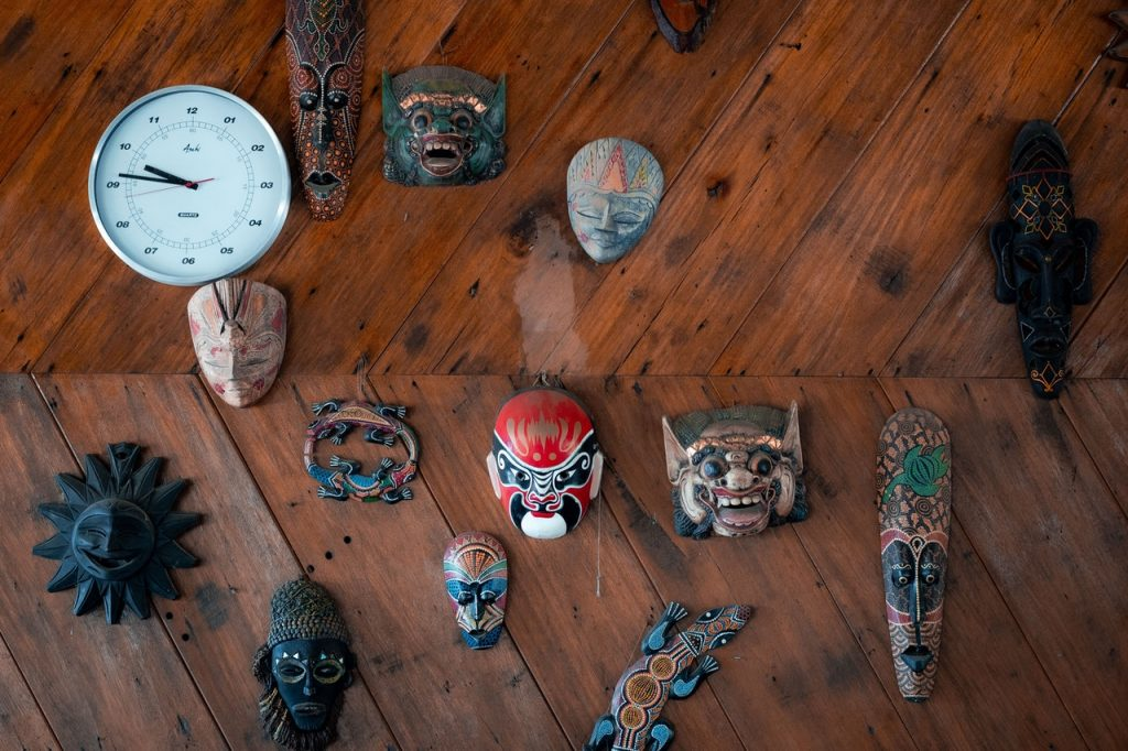 """הקשר בן מחלות, אזורי צל פסיכולוגים וישויות אנרגיה היה ברור בתרבויות עתיקות, בתרבויות אלו גילמו את ה""""שדים"""" וצרו """"דרמה תרפיה"""" דרך משחק"""