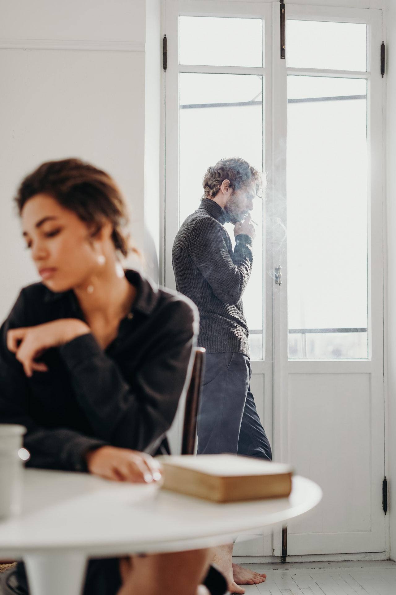 זוגיות רעילה, תמונה של בני זוג בשתיקה רועמת, משחקים תפקיד רעיל שלמדו בילדות
