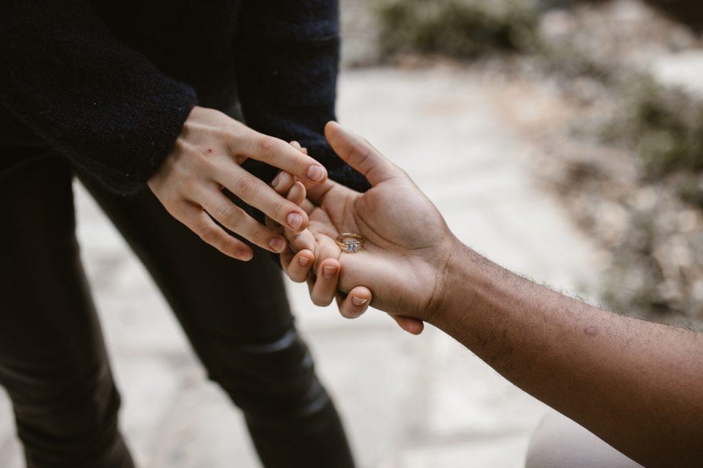 תמונת יד המחזיקה מפתח - אמפתיה היא סוד ההצלחה בטיפול רגשי