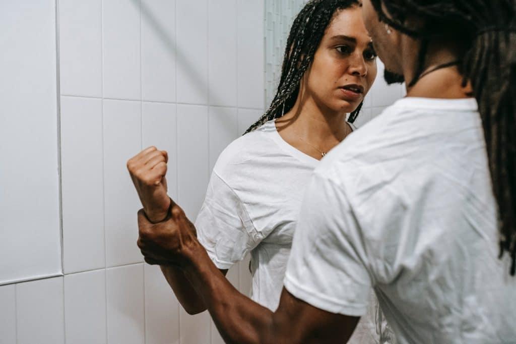 זוגיות רעילה מתחילה בבחירה שגויה המונעת מהרס עצמי