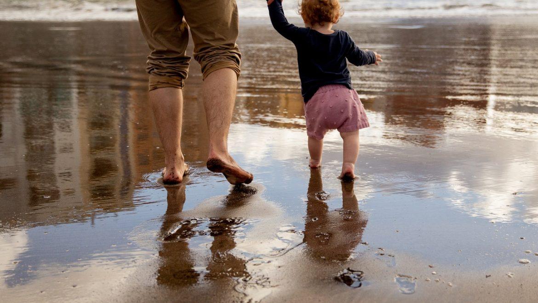 ביקורת הורית – למה אנו מרגישים כמו ילדים ליד ההורים שלנו גם בגיל 40?